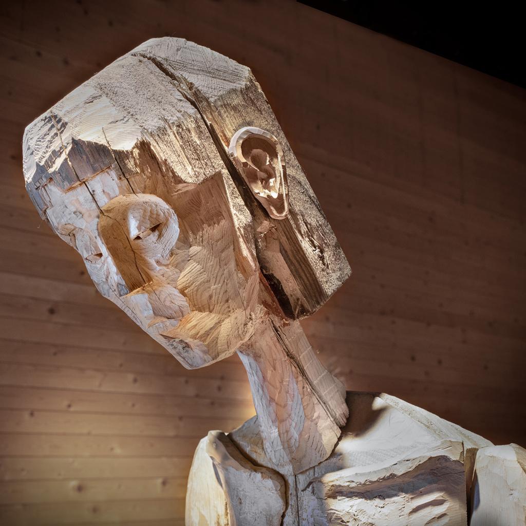 Bild på ett träansikte. Skulptur av Inga Hjohlman