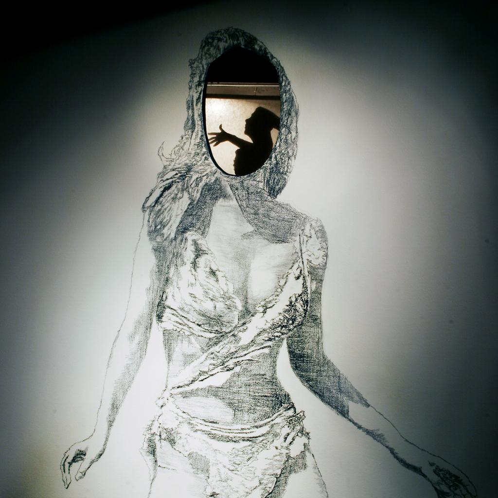 Bild på en tecknad kvinna med ett hål vid ansiktet. I hålet finns en skugga med en person som sträcker fram handen