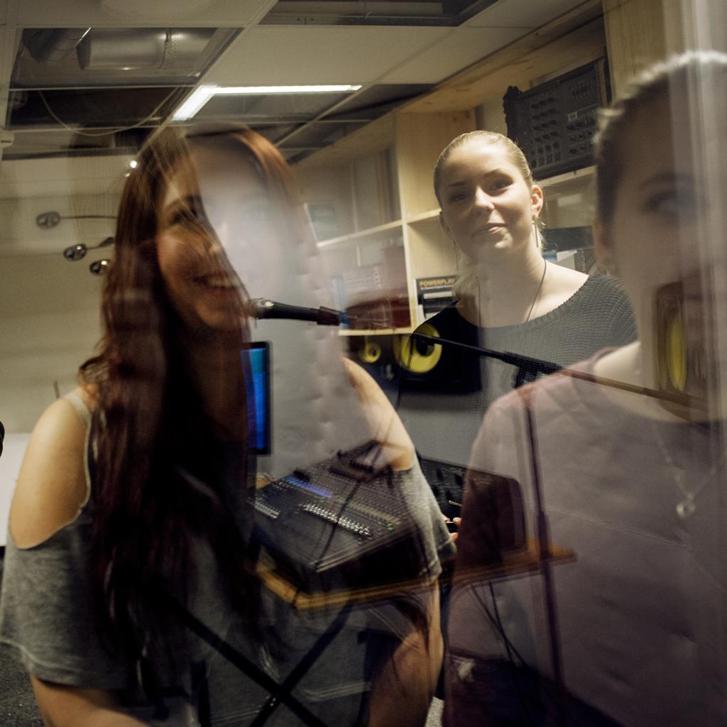Bild på tre unga vuxna som deltog i ett ungdomsdemokratiprojekt.